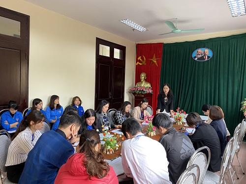 Đ/c Nguyễn Thị Luyên, Bí thư Chi bộ, Giám đốc Thư viện tỉnh Bắc Ninhphát biểu ý kiến chỉ đạo